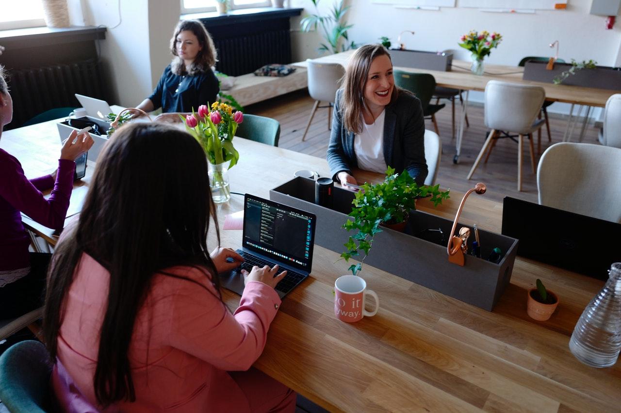 pexels cowomen 2041629 - Sådan skaber du et bedre miljø i et åbent kontor