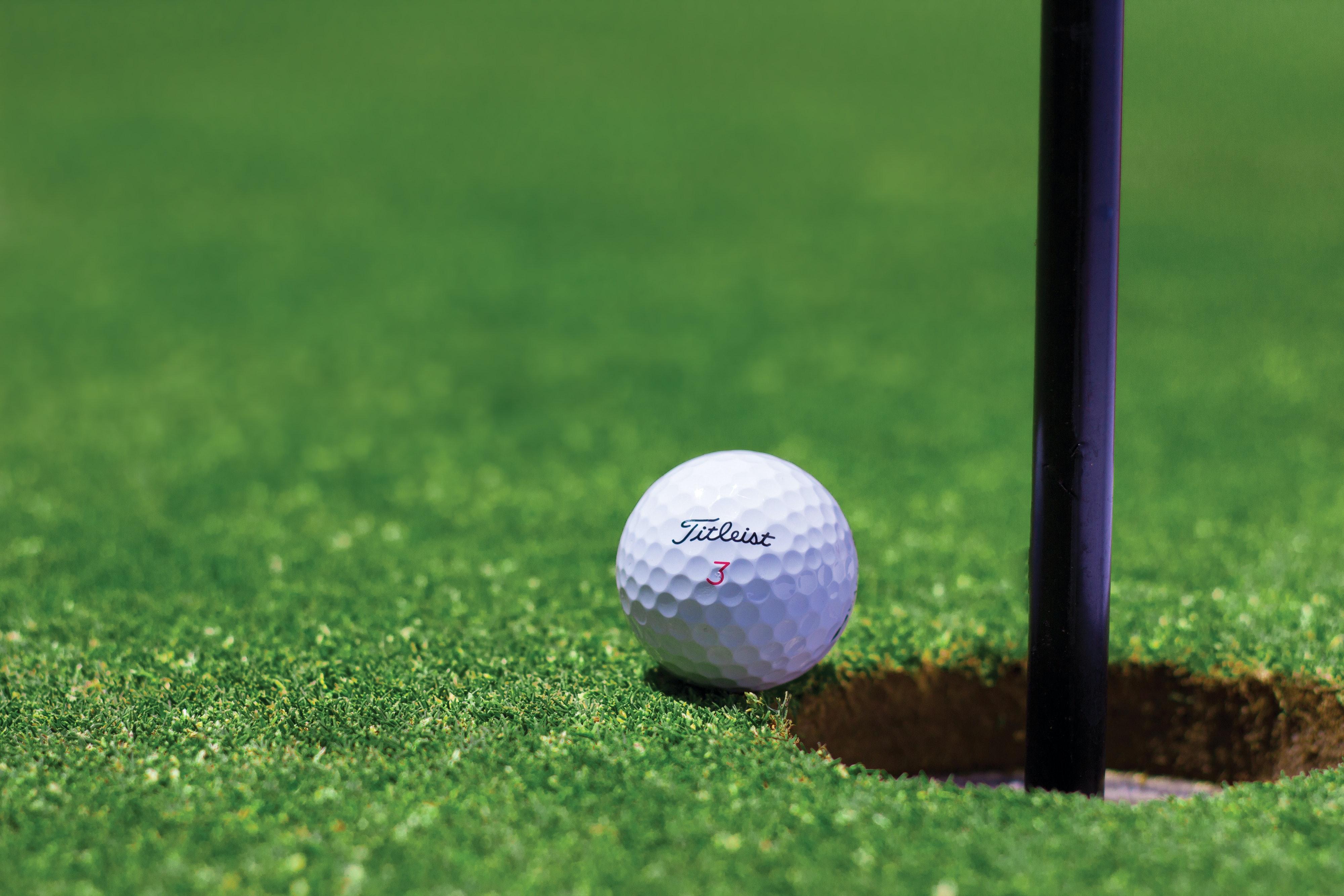 pexels tyler hendy 54123 - Spar penge ved at bruge brugte golfbolde
